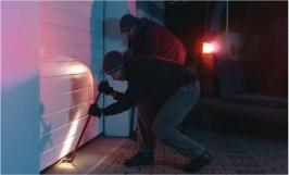 Picture showing thieves involved in unsuccesful attempt at breaking into garage